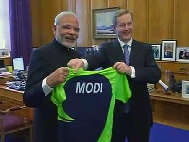 Video : Prime Minister Narendra Modi Gets Ireland Cricket Jersey as Gift