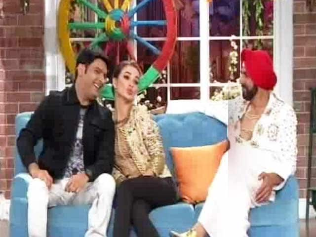Video : Kapil Sharma Hosts Akshay Kumar on <i>Comedy Nights</i>