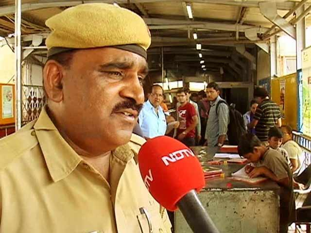 Video : 'Platform Pathshala': This Policeman Strikes a 'Deal' With Slum Kids