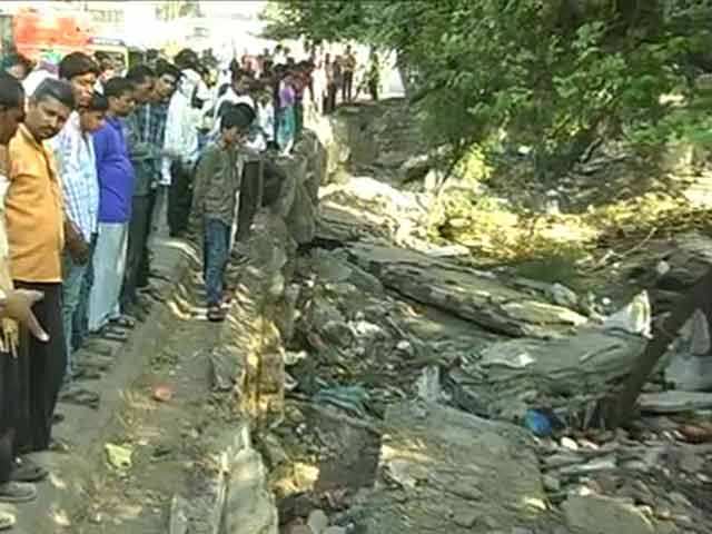 Video : 2 Dead, 5 Injured After Wall of Flyover Collapses in Bhopal