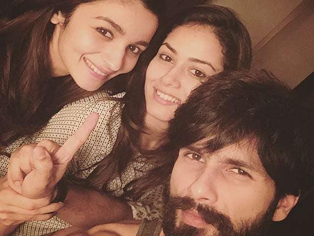 Video : Alia's <i>Shaandaar</i> Selfie With Shahid and Mira