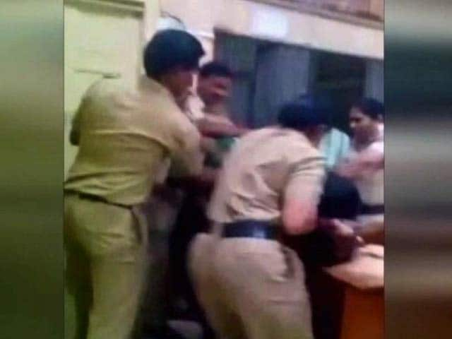 Video : 'Fighting' Mumbai Couple Thrashed In Police Station, Video Goes Viral