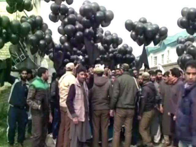 Video : Ahead Of PM Modi's Rally In Srinagar, Black Balloon Protest Near Venue