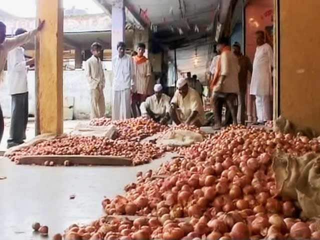 Video : Onion Follows Dal Off the Table as Prices Go Up