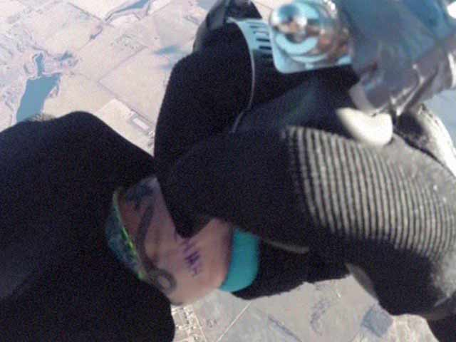 Video : Daredevil Artist Completes Tattoo While Skydiving