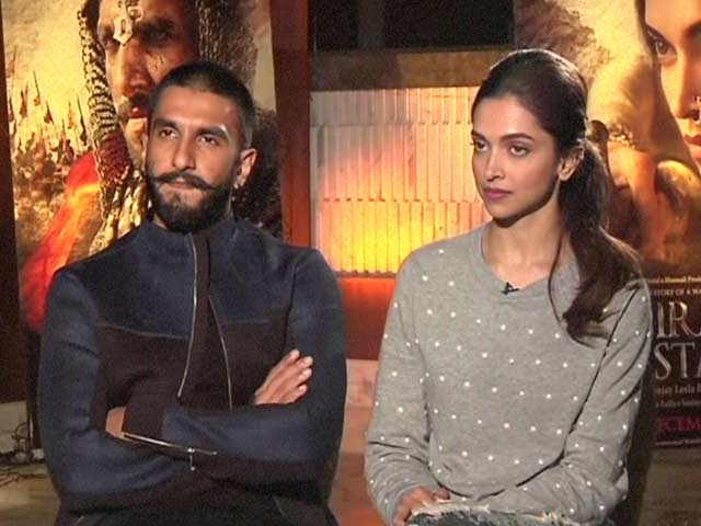 Video : Deepika's Reaction to Ranveer's Quirky Airport Fashion is 'Yay'