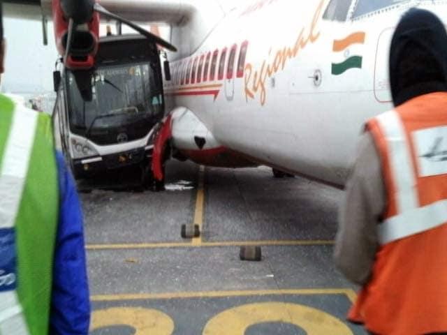 Video : कोलकाता एयरपोर्ट पर एयरइंडिया के विमान से बस टकराई
