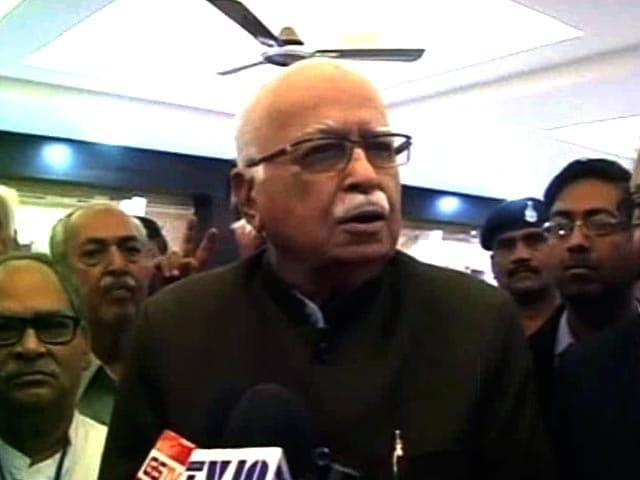 Videos : आडवाणी ने पीएम मोदी के लाहौर दौरे की सराहना की, कहा- 'वाजपेयी की पहल को आगे ले जाएं'