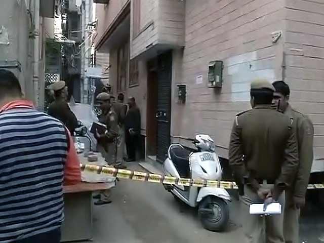Video : दिल्ली में ट्रिपल मर्डर, गला दबाकर मां-बाप और बेटे की हत्या