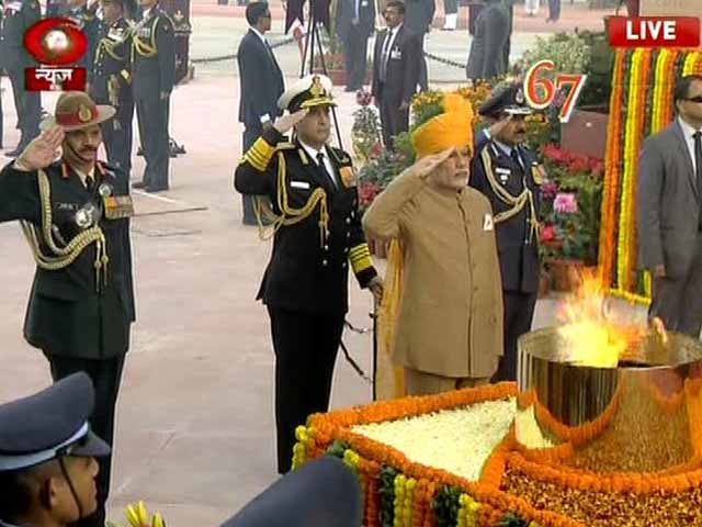 Video : PM Modi Pays Tribute To Martyrs At Amar Jawan Jyoti