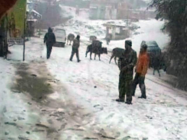 Video : हिमाचल, उत्तराखंड में ताजा बर्फबारी के बाद उत्तर भारत में लौटी ठंड