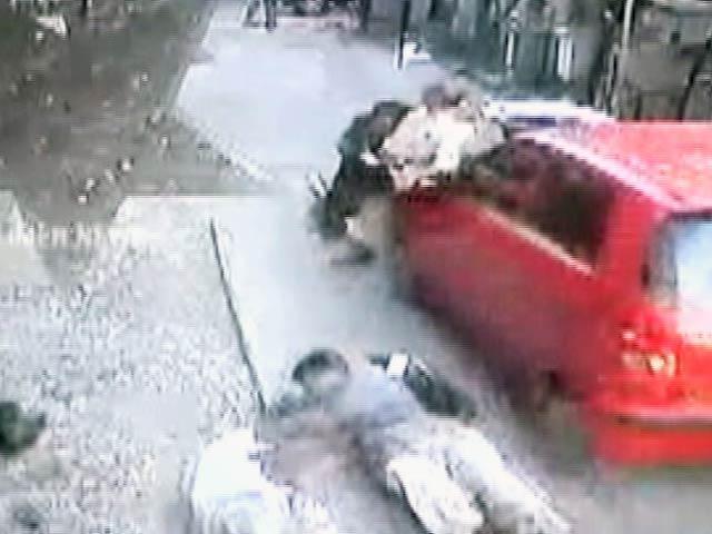 Videos : कैमरे में कैद : चेन्नई में एक कार ने दो लोगों को कुचला, कई को मारी टक्कर