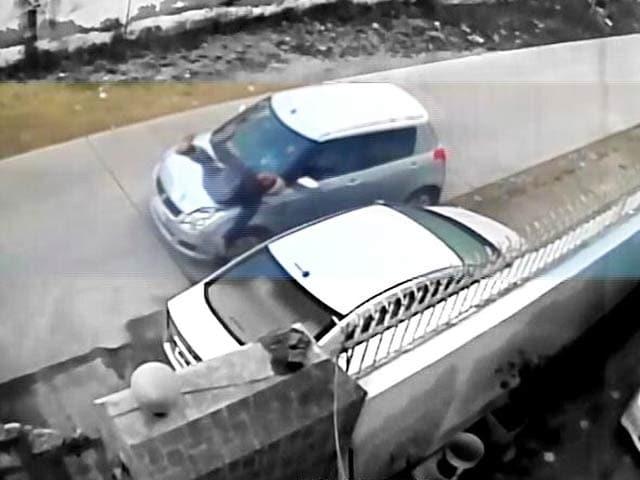 Video : सीसीटीवी में कैद : एक व्यक्ति को जानबूझकर कार से कुचला