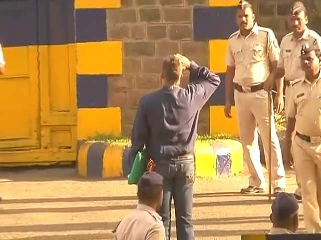 Video : Sanjay Dutt Walks Out Of Pune's Yerwada Jail With A Salute
