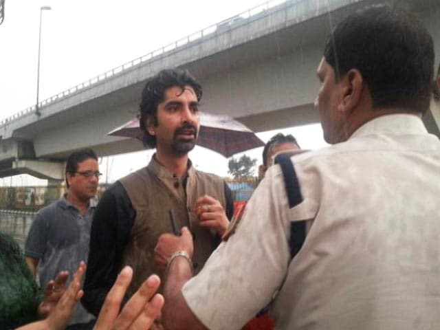 Videos : श्री श्री के कार्यक्रम का विरोध करने वालों ने लगाया मारपीट का आरोप