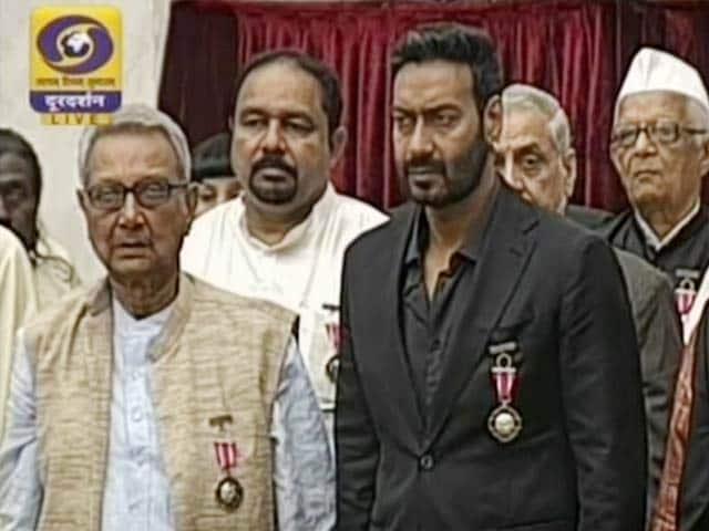 Video : राष्ट्रपति प्रणब मुखर्जी ने कई हस्तियों को पद्म अवॉर्ड से सम्मानित किया
