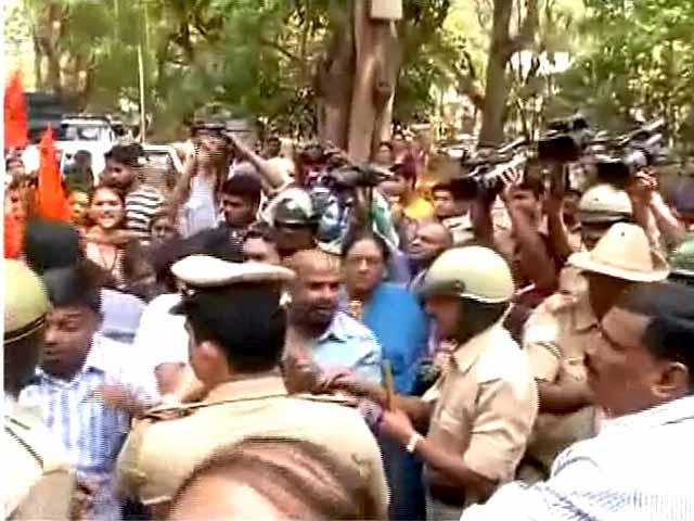 Video : बेंगलुरु : पेपर लीक होने को लेकर छात्रों का हंगामा