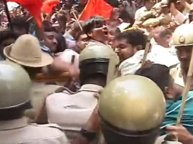 Video : बेंगलुरू : 12वीं की केमिस्ट्री का पर्चा लीक होने पर एबीवीपी का प्रदर्शन