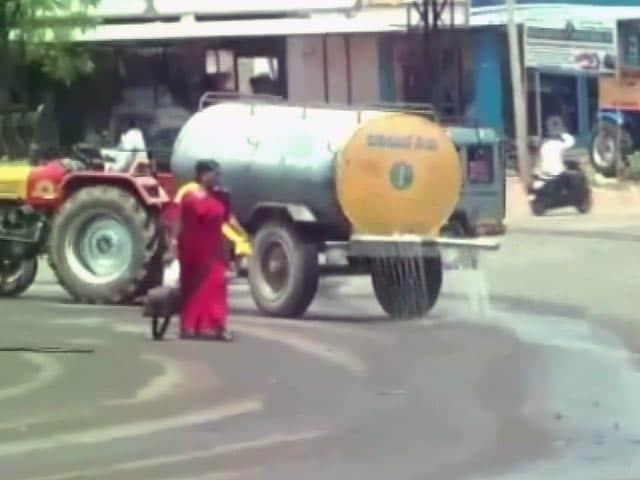 Video : सूखे से बेपरवाह प्रशासन, कर्नाटक के सीएम के दौरे की तैयारी में पानी की बरबादी