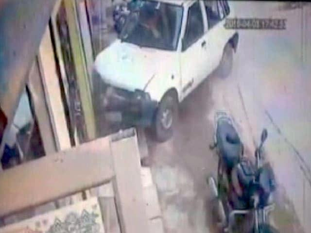 Video : CCTV में कैद : कुर्सी पर बैठे व्यक्ति को कार ने मारी टक्कर