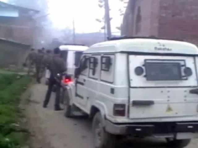 Videos : कश्मीर : पुलवामा में सुरक्षाबलों ने तीन आतंकियों को मार गिराया