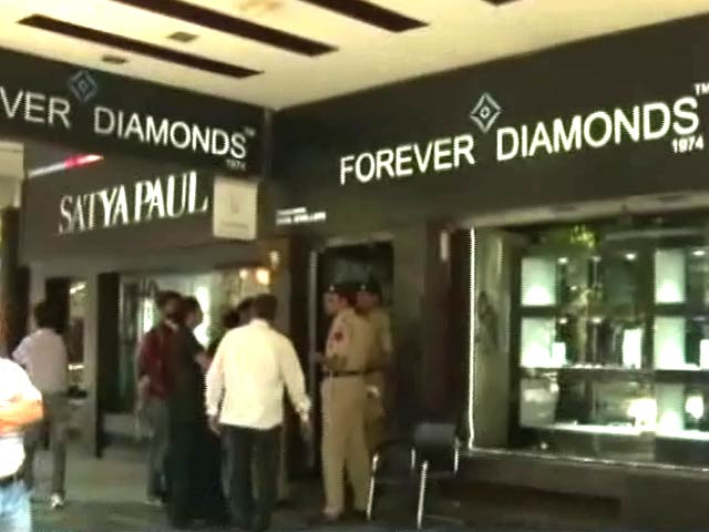 Video : मालिक ही निकले चोर : 10 करोड़ की बीमा रकम के लिए अपने ही शोरूम में करवाई चोरी