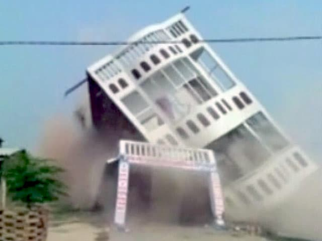 Video : बिहार : शिवहर में तीन मंजिला इमारत धड़धड़ाकर गिर गई