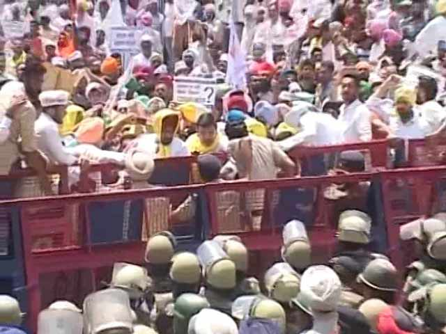Video : Thousands Stopped At Chandigarh Border Amid AAP Protests
