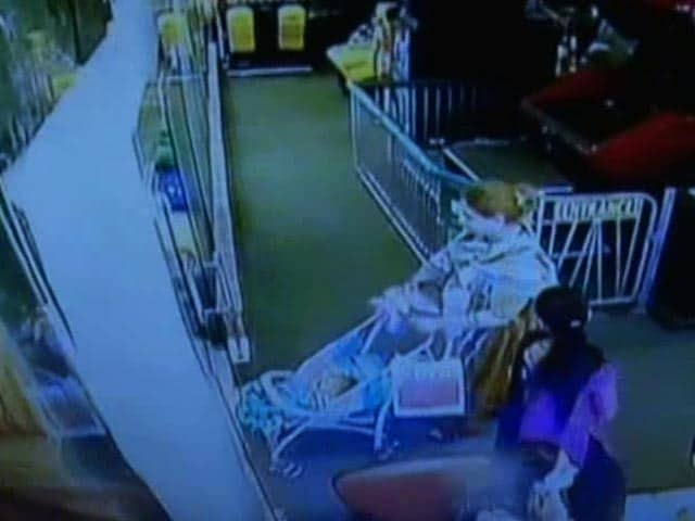 Video : Caught On Camera: Two Transgenders Kidnap Baby In West Delhi Mall