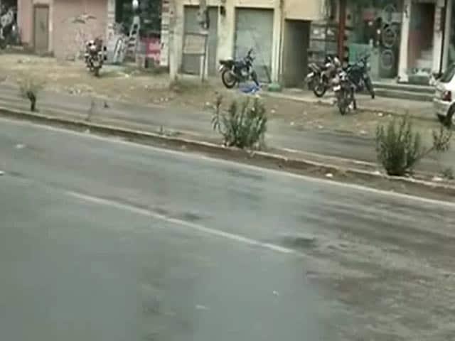Video : दिल्ली में तेज हवाओं और बारिश से बदला मौसम, भीषण गर्मी से मिली राहत