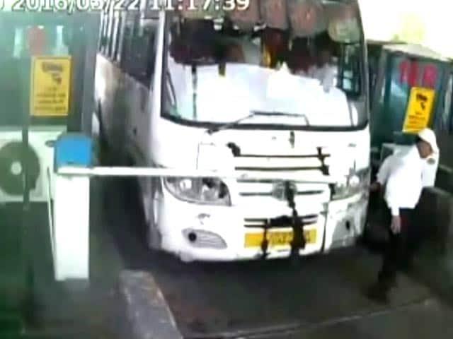 Video : गुरुग्राम टोल नाके पर बस ड्राइवर ने टोल देने से इंकार किया, गेट तोड़कर फरार