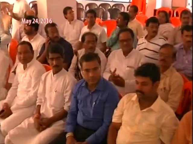 Video : Congress Offers Itself Up As Ace Target With Loyalty Pledge To Gandhis