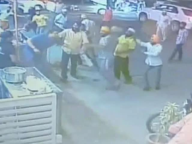Video : CCTV में कैद : जयपुर में ढाबे पर दबंगों की मारपीट
