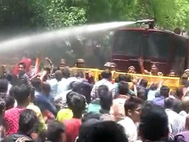 Video : बिजली और पानी के मुद्दे पर बीजेपी कार्यकर्ताओं का प्रदर्शन