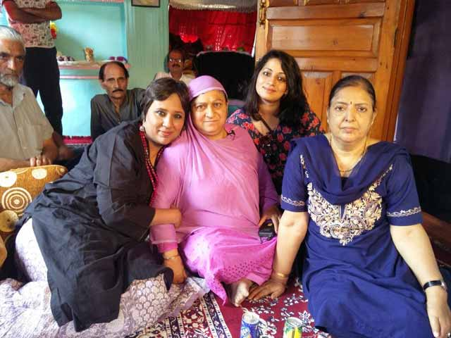 Video : Kashmiri Pandits Stay In Homes Of Muslims: Building Bridges Netas Won't