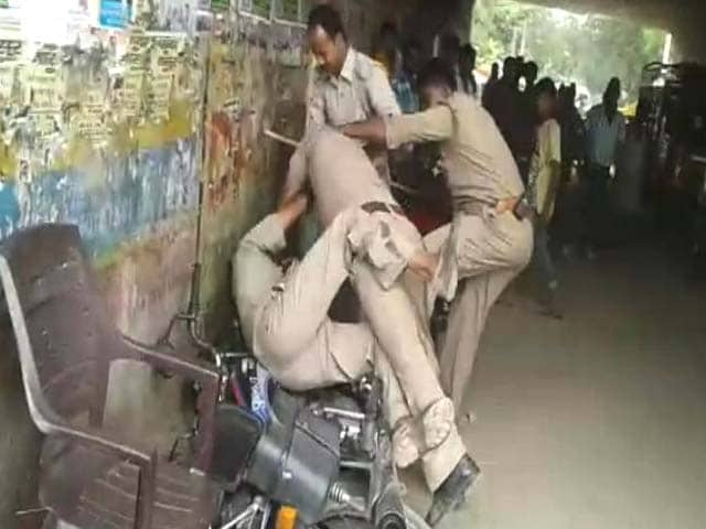 Video : Caught on Camera: Lucknow Policemen Brawl In Public, Allegedly Over Bribe