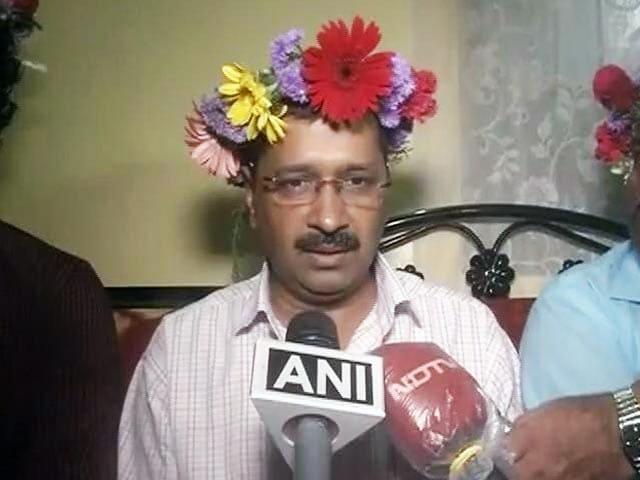 Video : दिल्ली के सीएम अरविंद केजरीवाल गोवा के दौरे पर, फूलों के मुकुट में देखे गए