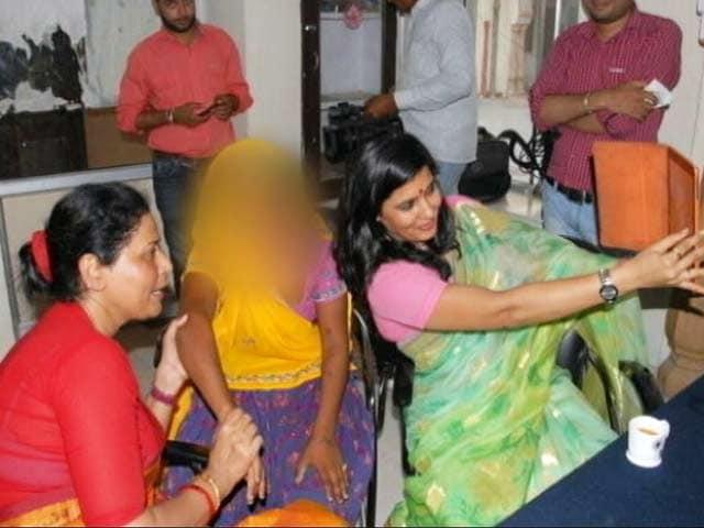 Video : रेप पीड़िता के साथ सेल्फी लेने पर घिरी राजस्थान महिला आयोग की सदस्य ने दिया इस्तीफ़ा