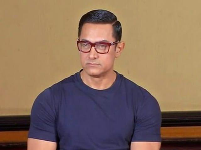 Video : आमिर खान ने खुद को 'वेटर' बताने के बाद मांगी माफी