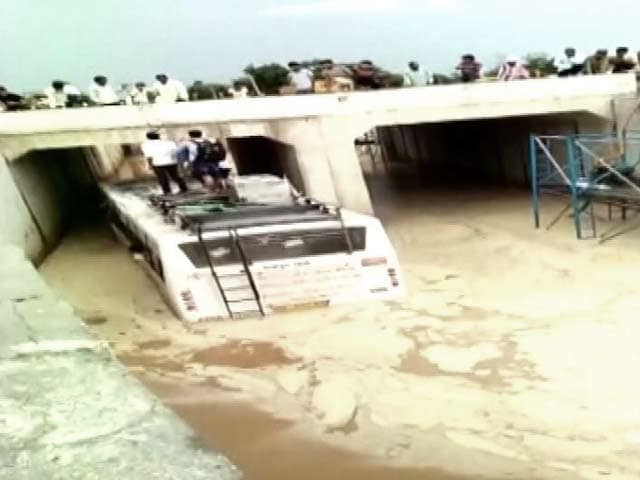 Video : सीकर : पानी की तेज धार के बीच फंसी बस, बाल-बाल बचे यात्री