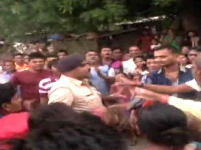 Video : सूरत में गुस्सायी भीड़ ने पुलिसवाले को पीटा