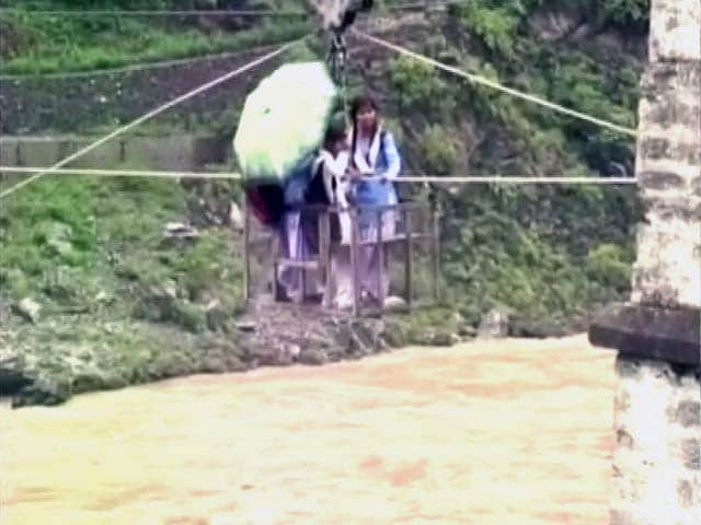 Video : उत्तराखंड में बाढ़ : उफनती नदी के ऊपर से ट्रॉली में बैठकर स्कूल जा रहे बच्चे