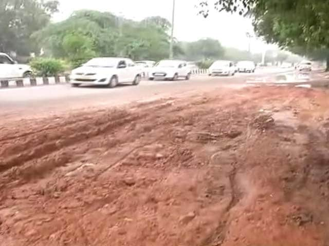 Video : दिल्ली : बारिश के पानी से भरे गड्ढे में बाइक सवार फिसला, टैंकर ने कुचल डाला