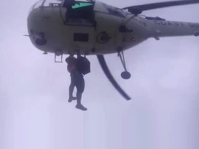Video : वलसाड में नदी के तेज बहाव में फंसे 28 लोग, कोस्टगार्ड ने हेलीकॉप्टर के जरिये बचाया
