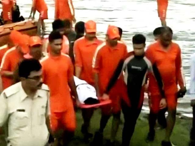 Video : Bridge Collapse: 9 Bodies Found, 300 Kg Magnet Searches For Buses In River
