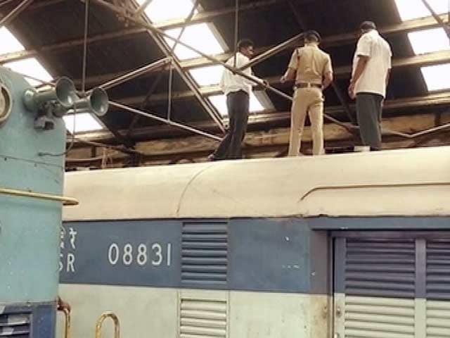 Videos : ट्रेन की छत में छेद कर पांच करोड़ रुपये ले उड़े चोर