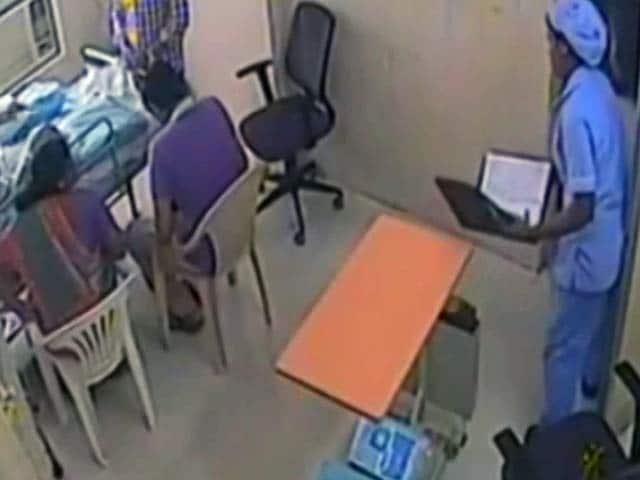 Videos : महिला डॉक्टर ने की बीमार बुजुर्ग पिता को मारने की कोशिश