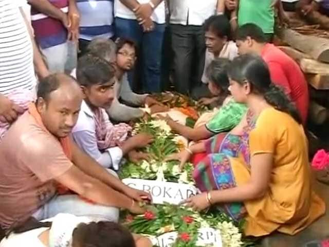 Video : Hundreds Weep As 7-year-old Daughter Salutes CRPF Hero Who Died in Kashmir