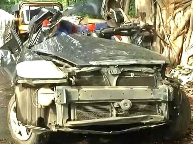 Video : मुबंई में तेज़ रफ्तार कार पेड़ से टकराई, 5 लोगों की मौत