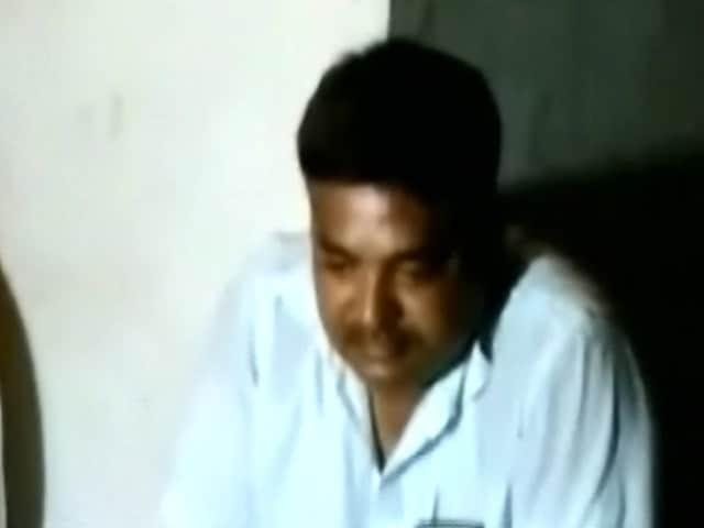 Video : दरभंगा जिले में बीजेपी विधायक का भाई शराब पीते गिरफ्तार